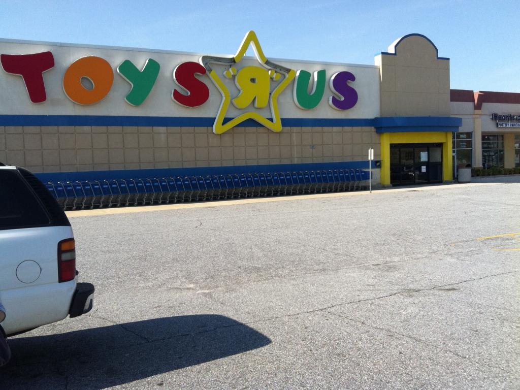 Toys R Us CEOs Turnaround Plan Become More Of A Toy Store - Toys r us wall maps